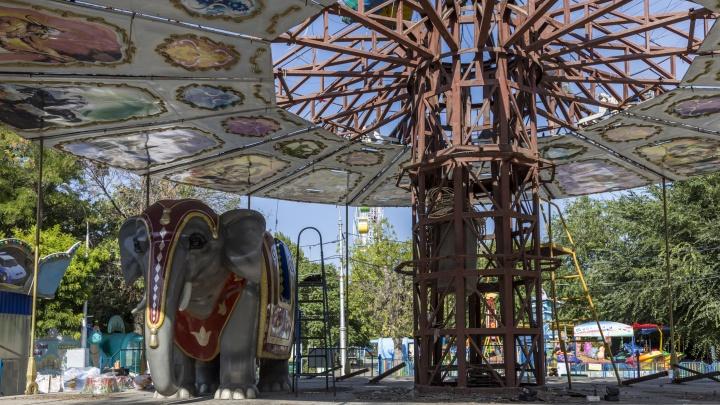 Прощай, легенда: в разоренном парке Волгограда разбирают детские аттракционы