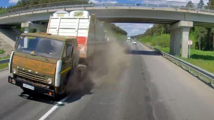 Видео из кабины: на ЕКАД у грузовика лопнуло колесо, и он только чудом не устроил лобовое ДТП