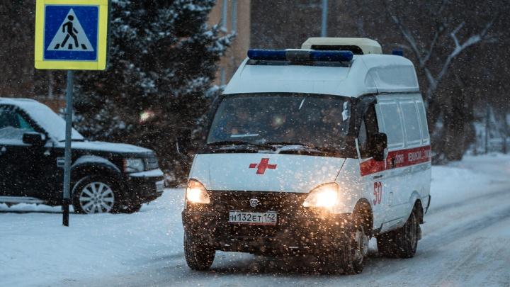 В Кузбассе трое маленьких детей сильно пострадали на пожаре в частном доме. Их увезли в больницу