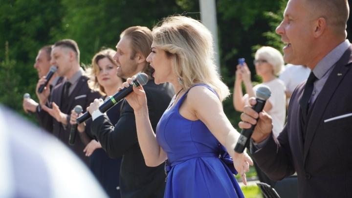 Омская филармония устроила концерт для медиков под окнами гостиницы «Иртыш»