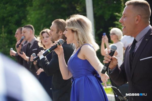 Артисты филармонии исполнили несколько песен