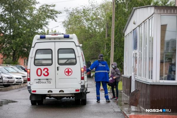 Сенченко говорит, что власти могли бы решить проблему с транспортом для врачей, и предлагает варианты