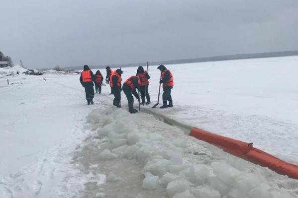 Сотрудники очищают поверхность льда