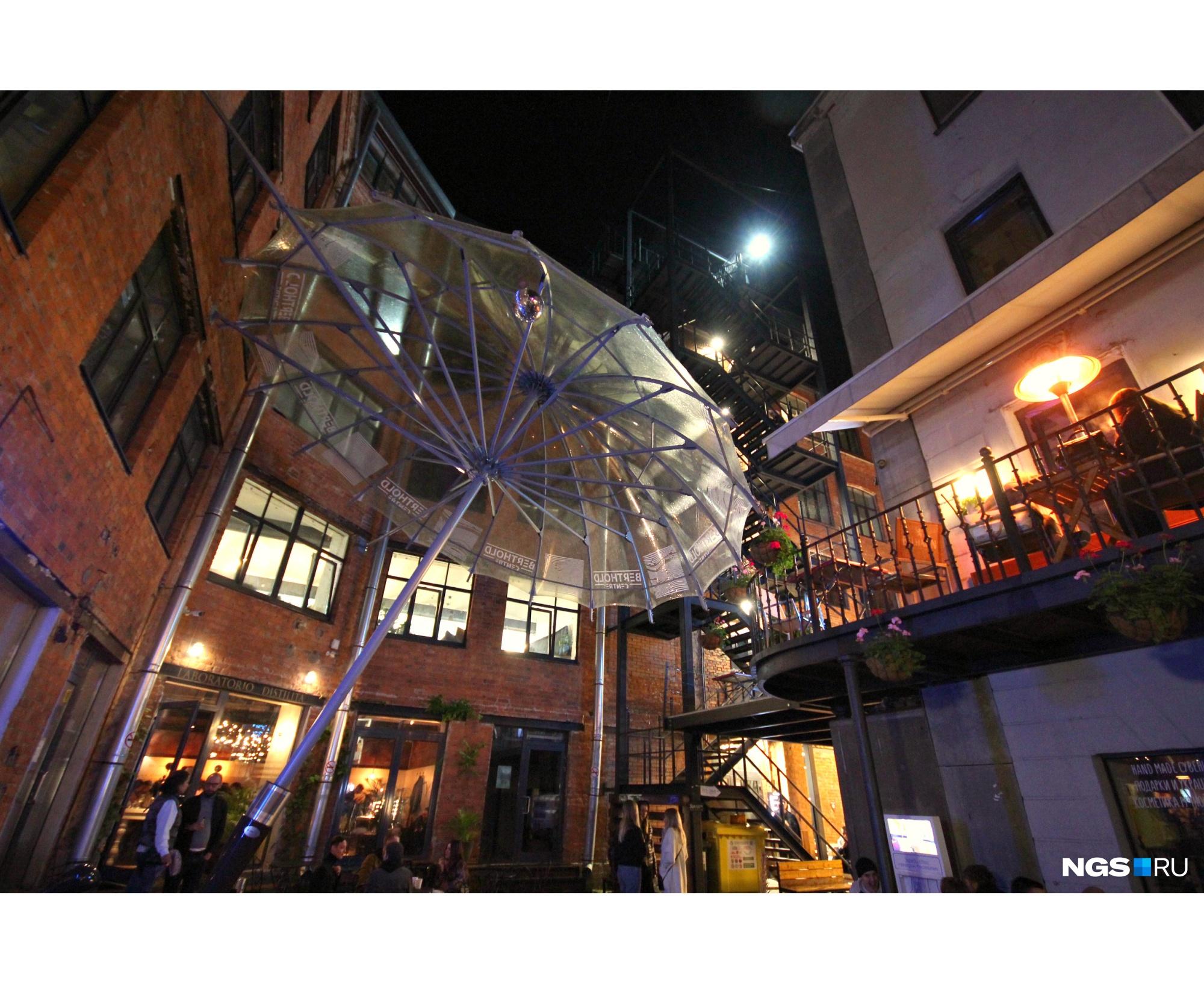 Часть дворика в Бертгольд-центре укрыта от дождя гигантским зонтом, лестница за ним ведет на обзорную площадку