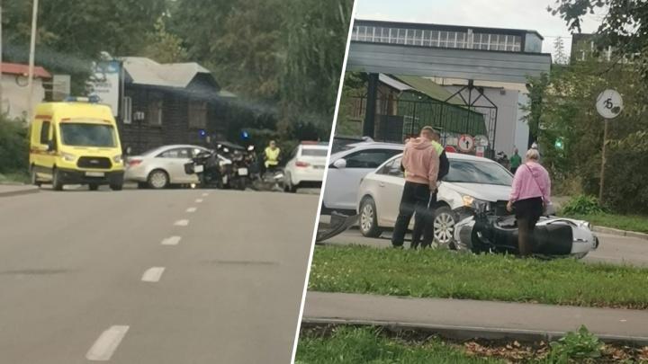 В Екатеринбурге иномарка сбила мотоциклиста. С места ДТП его увезли на скорой