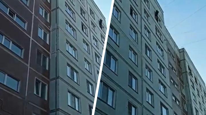 В Академгородке мужчину заметили на подоконнике 9-го этажа — на место вызвали полицию