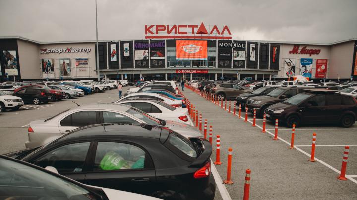 Забитые парковки и сотни людей в магазинах. Общаемся с покупателями у ТРЦ «Кристалл» — прямой эфир