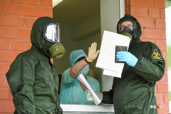 С больными работают только в защитных костюмах