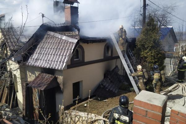 Пожарным пришлось разобрать крышу дома
