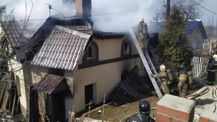 «Пожарные резали крышу»: появилось видео пожара в коттедже на Красной Глинке