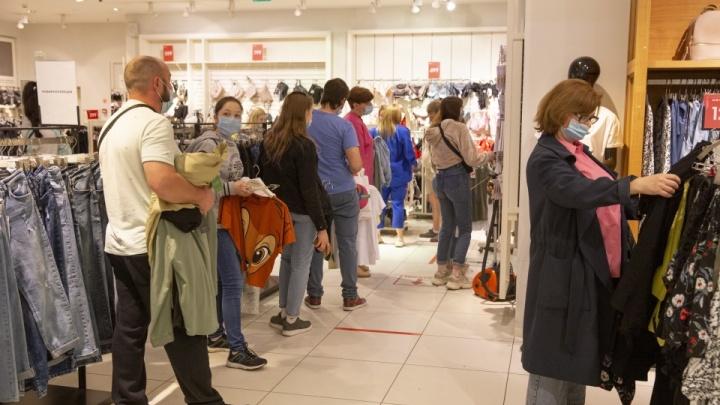 «А ныли, что без копейки сидят»: реакция соцсетей на толпы людей в открывшихся торговых центрах