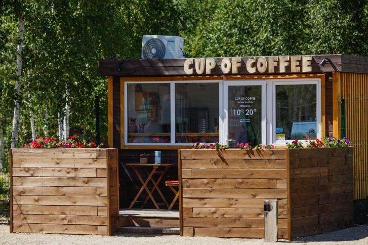 Можно взять капучино с собой на прогулку или посмаковать ароматный напиток за столиком кофейни