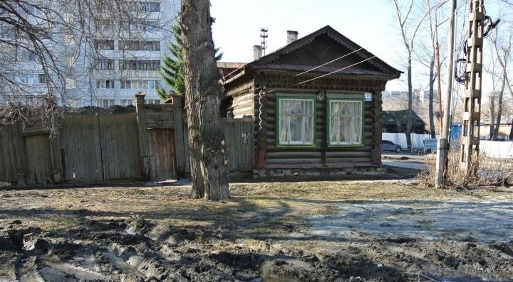 Изба, куда вас пока не пустят: экскурсия по домику-памятнику, который перевезли с улицы Татищева