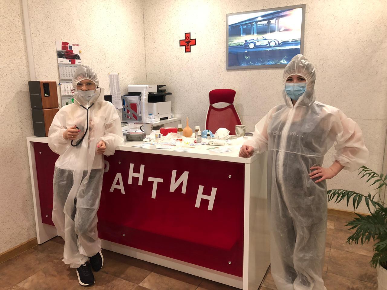 В ГК «Фаворит» не обошли тему коронавируса. Мужчин встретили в медицинских костюмах, а вместо поздравления провели осмотр
