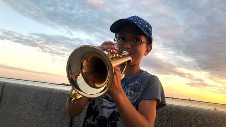 Самый юный уличный музыкант Архангельска: школьник играет на корнете свою музыку. Видео