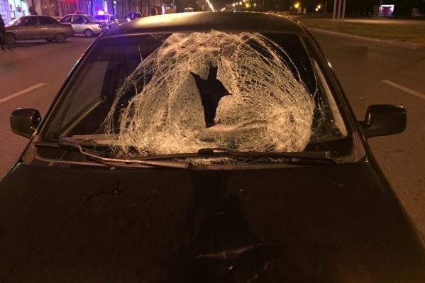 Пешеход налетел на лобовое стекло