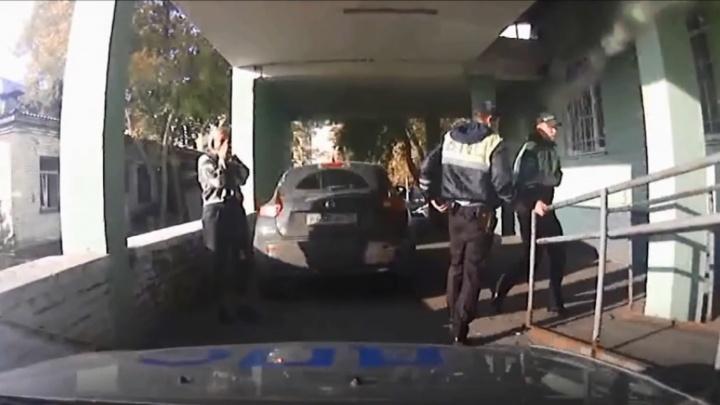 Полицейские помогли добраться до больницы мужчине, которому стало плохо