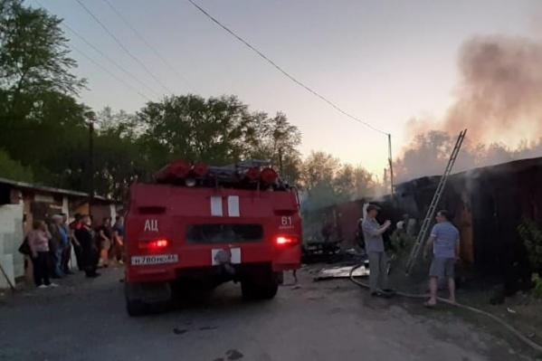 В пожаре пострадали также гаражи и автомобиль