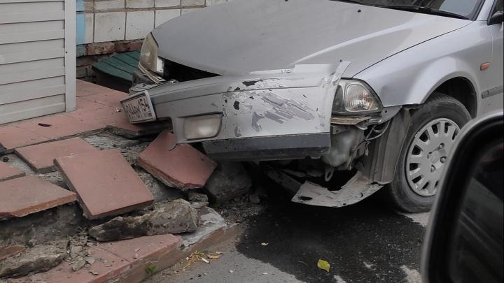 На Первомайке автомобиль врезался в крыльцо жилого дома