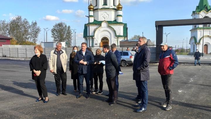 «Это вам не свалка»: депутаты Красноярского горсовета проверили состояние городских кладбищ