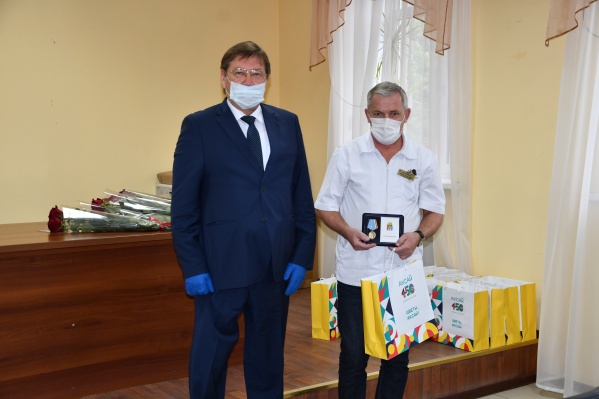 Награждал сотрудников больницы глава администрации Аксайского района Виталий Борзенко