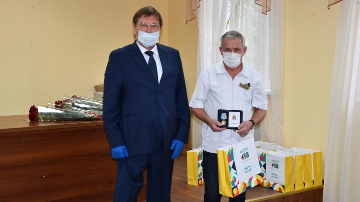 Медработникам Аксайского района вручили медали за доблестный труд