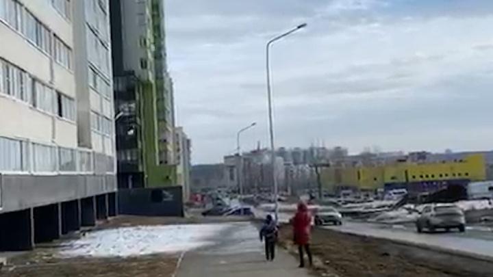 Прокуратура отреагировала на уборку снега с высотки на Тополиной аллее над головами прохожих
