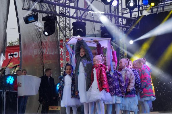 На Архангельском АЦБК трудится более 4000 сотрудников, — большинство из них новодвинцы. Поэтому, 80-летие комбината и 43-й день рождения Новодвинска решили отметить в один день — 29 августа