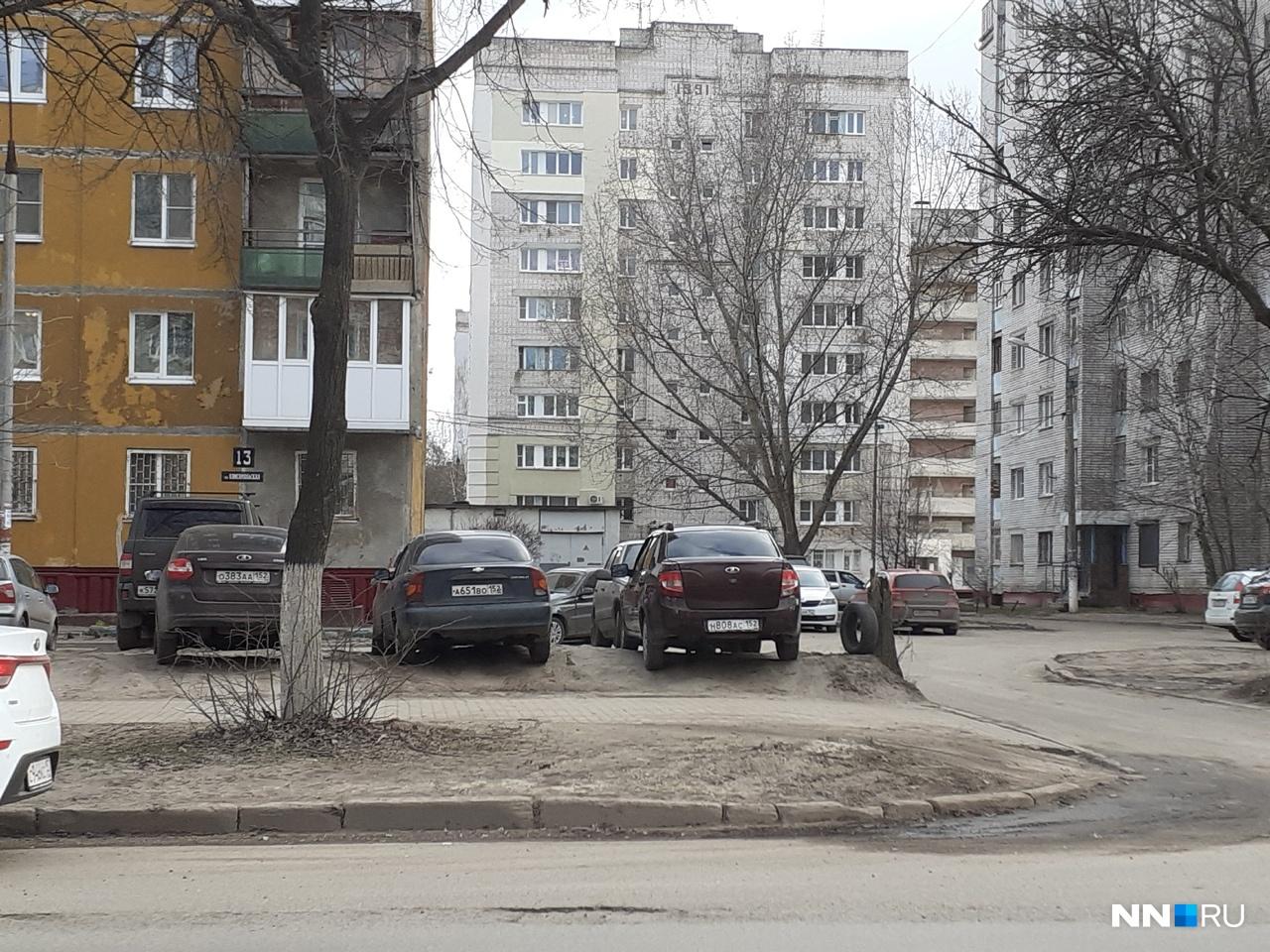 Улица Челюскинцев на Автозаводе. Место, где точно не вырастит трава