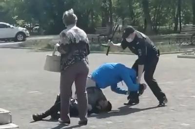 В драке южноуральца без маски и полицейских не нашли преступления. Инцидент попал на видео