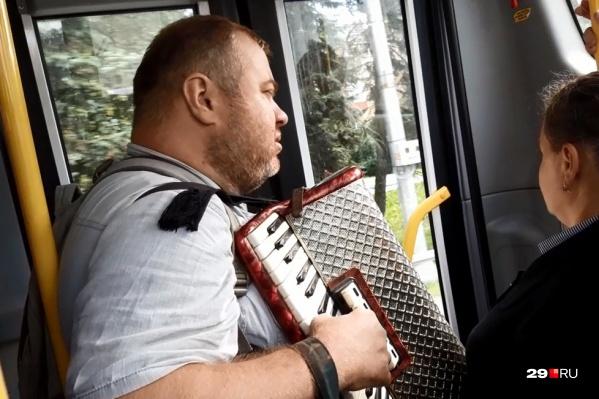Музыка в пути — то, чем может поделиться неизвестный мужчина с пассажирами