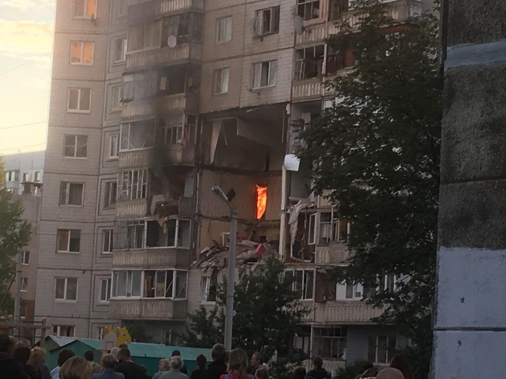 После взрыва огонь полыхал на четвёртом этаже