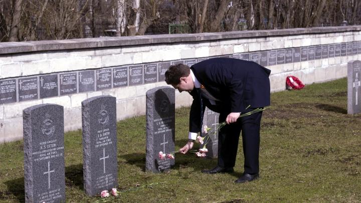 Похоронены, где погибли: в Архангельске «Братство Северных конвоев» почтило память английских лётчиков