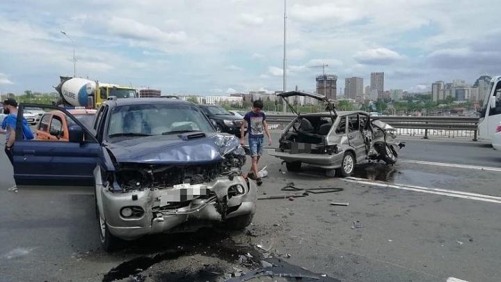 В Уфе на мосту столкнулись четыре автомобиля, момент серьезного ДТП попал на видео