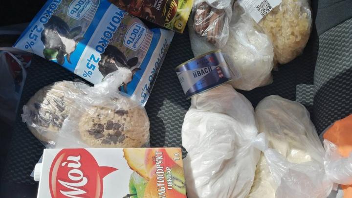 Кому — консервы, кому — сырую курицу: смотрим на продуктовые наборы школьников в городе и деревне