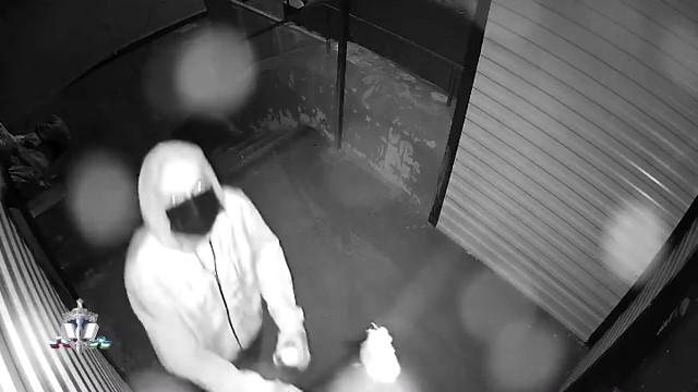 В Уфе ищут домушника, которого записала видеокамера. Он попал в объектив, пока замазывал его краской