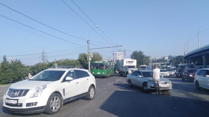 Новосибирцы встали в пробку на подъезде к Речному вокзалу — здесь столкнулись две легковушки