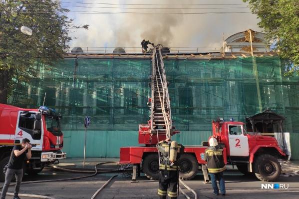 На месте возгорания работает несколько пожарных бригад