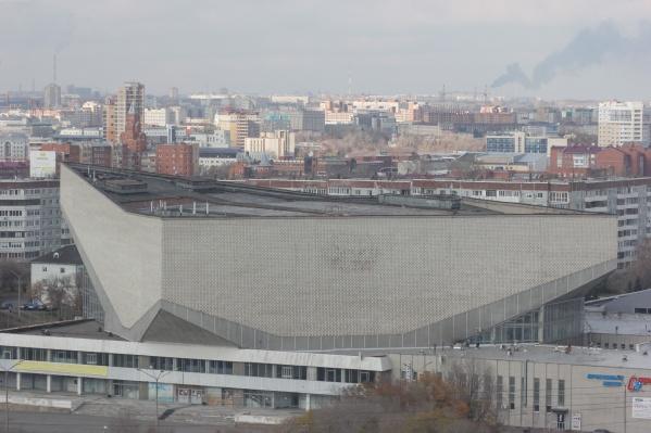 """Со временем здание СКК имени Блинова, которое <a href=""""https://ngs55.ru/news/more/66287656/"""" target=""""_blank"""" class=""""_"""">было построено в 1986 году</a>,пришло в удручающее состояние"""