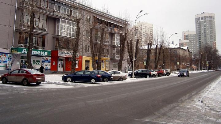 На загруженном перекрестке Екатеринбурга изменили схему проезда, чтобы водители перестали нарушать ПДД