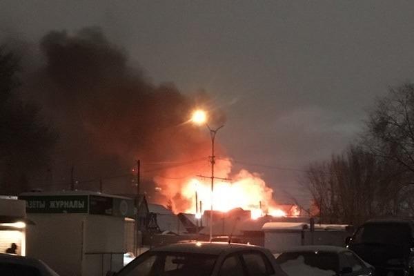 В Ленинском районе горят несколько зданий — огонь может перекинуться на соседние дома