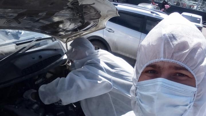 Случайный водитель помог бригаде скорой помощи починить машину