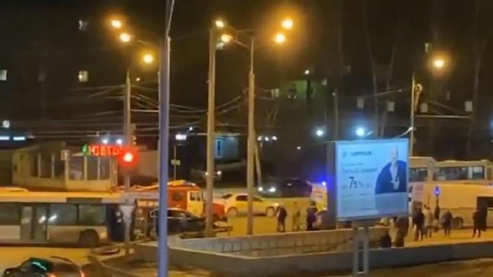 В Перми после столкновения с автобусом пришлось разрезать «Ладу-Приору»