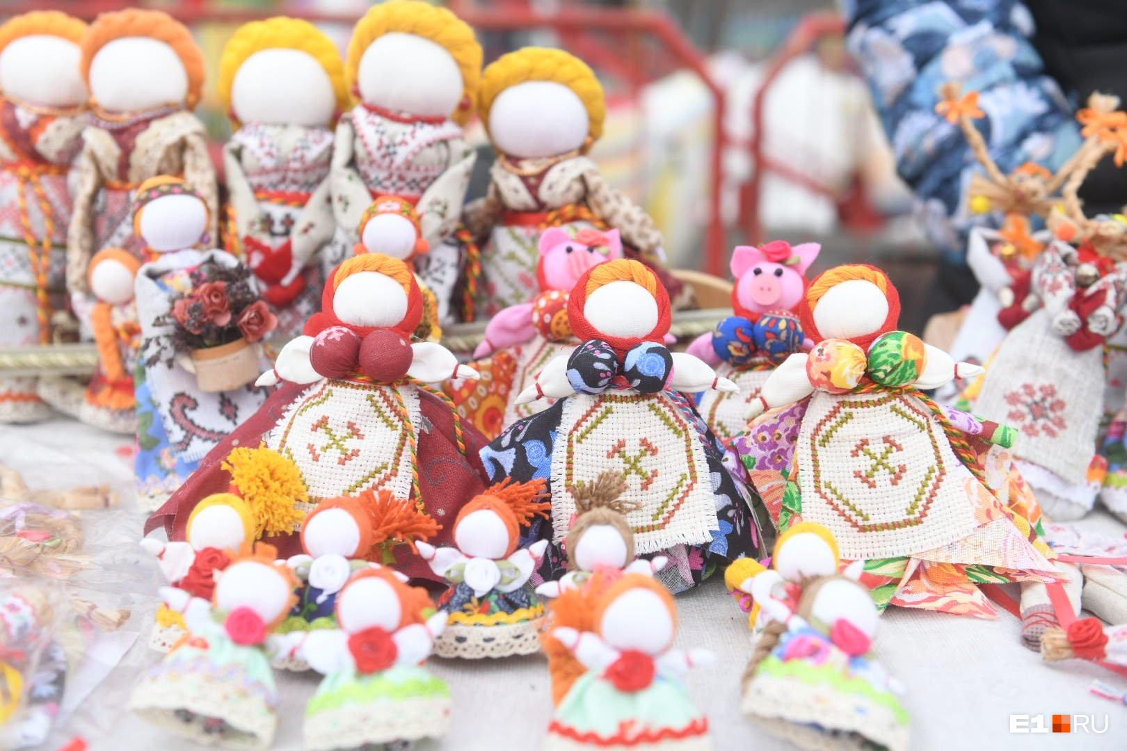 Фигурки кукол-маслениц продают от 100 рублей и выше