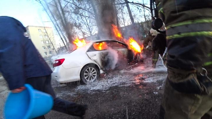 Пока все спали: в Дзержинске сгорели Toyota Land Cruiser и Toyota Camry