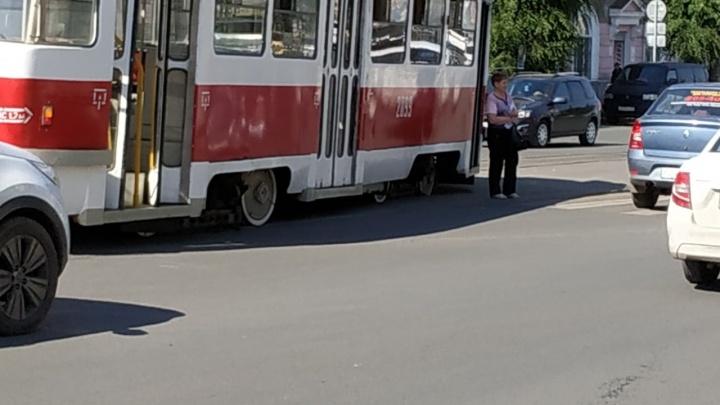 «Восьмерка резко тронулась на светофоре»: очевидцы — о столкновении трамваев на Победе