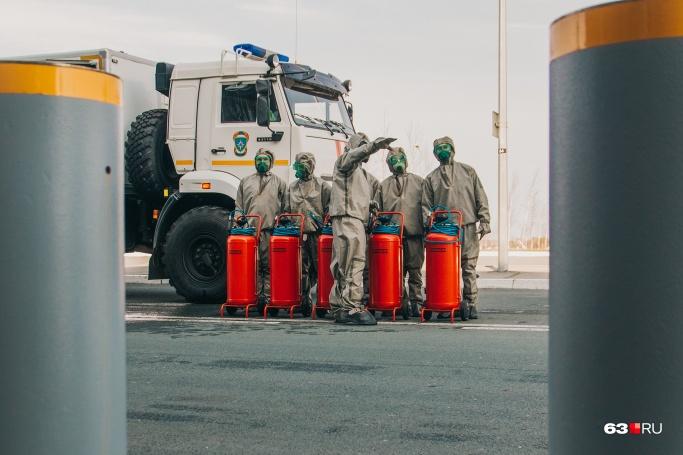 Санобработку проводила целая команда бойцов роты химзащиты
