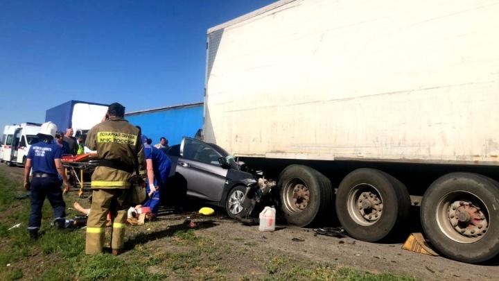 В Ростовской области легковушка влетела под грузовик. Один человек погиб