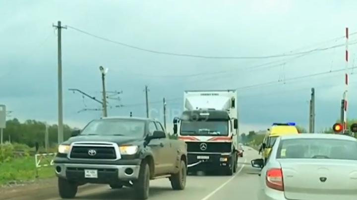 В Прикамье пикап вытащил фуру, застрявшую на железнодорожном переезде. Видео