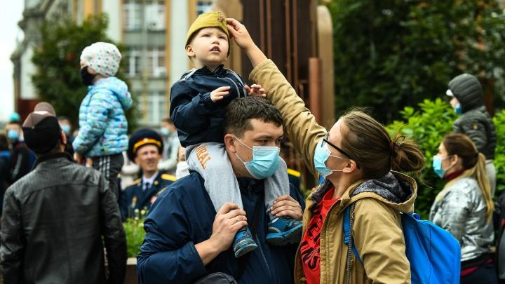 Ищите себя на фото: как екатеринбуржцы смотрели парад Победы